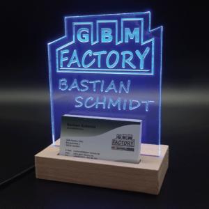 Namensschild in blau mit Logo und Visitenkartenhalter von GBM-Factory - Deko Leuchtschild