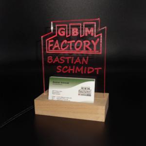 Namensschild in rot mit Logo und Visitenkartenhalter von GBM-Factory - Deko Leuchtschild